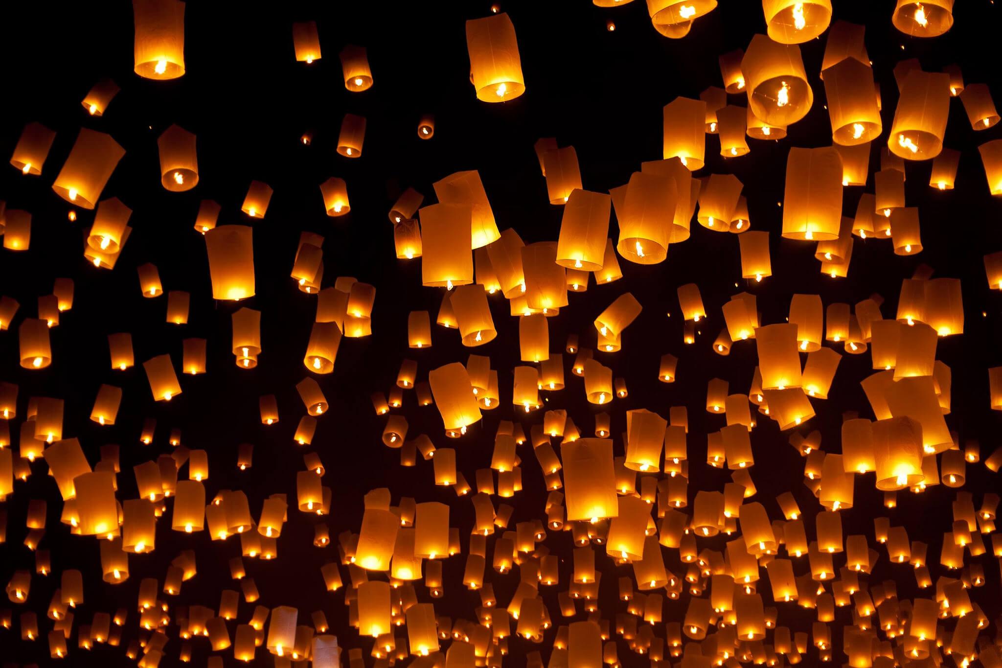Таиланд, фестиваль Лой Кратонг, запуск воздушных фонарей.